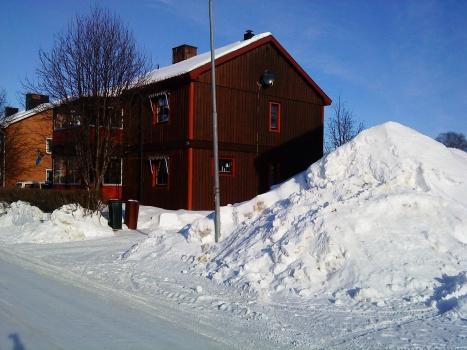 Ännu ligger snön i drivor och med solens strålar blir det vackert!