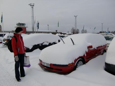 Översnöad bil efter vårt besök hos bror och svägerska i Göteborg. Bilen hade fått slut på batteriet också, men det löste sig. Skönt hur som helst med sommaren som är på väg!